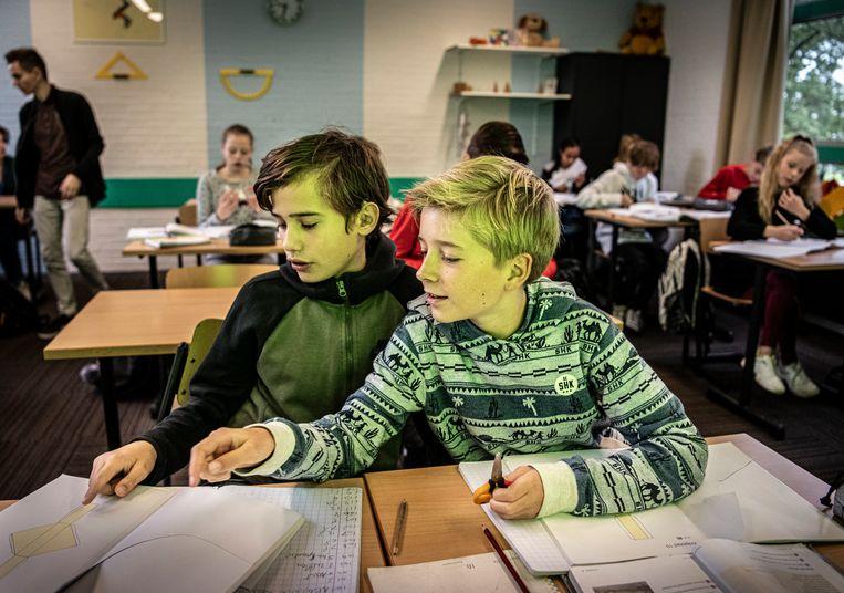Leerlingen van het Jan Ligthart in Arnhem maken opdrachten bij een wiskundeles.  Beeld Koen Verheijden