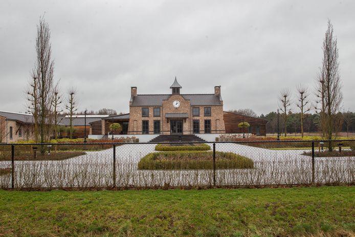 Het gigantische stallencomplex dat de Spanjaard in Valkenswaard liet bouwen.