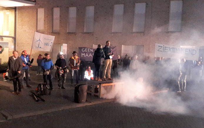Luidruchtig protest tegen windmolens in Brocnkhorst.