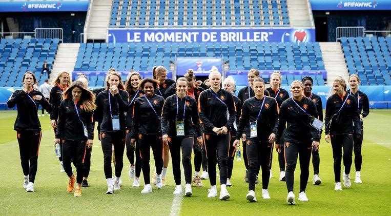 De spelers van het Nederlands vrouwenelftal in stadion Stade Oceane. Beeld ANP