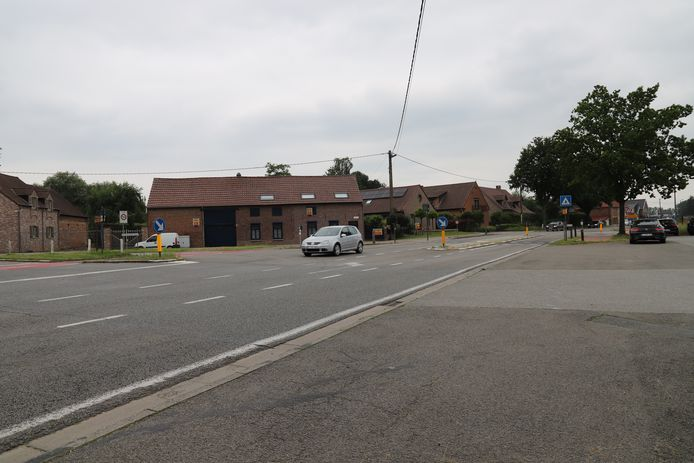Het kruispunt Ninoofstesteenweg met Zwartschaapstraat.