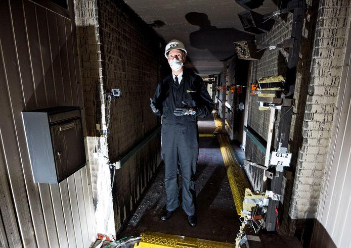 Projectleider Hans Hazebroek bij de twee kamers in Schuylenburcht, waar de komende twee weken het onderzoek naar de verspreiding van rook plaatsvindt. Rond de kamers staat uitgebreid meetapparatuur.