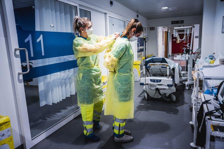 Zorgpersoneel op de covidafdeling van het UZ Gent.  Beeld Wannes Nimmegeers