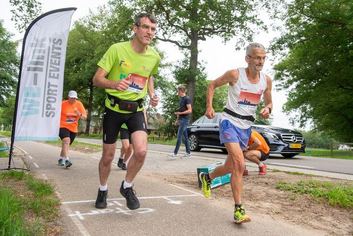 Eugène Zegers (links) uit Amersfoort was één van de 300 deelnemers aan de Halve van Nijkerk. Hij voltooide de 10 kilometer in 54.40 minuten.