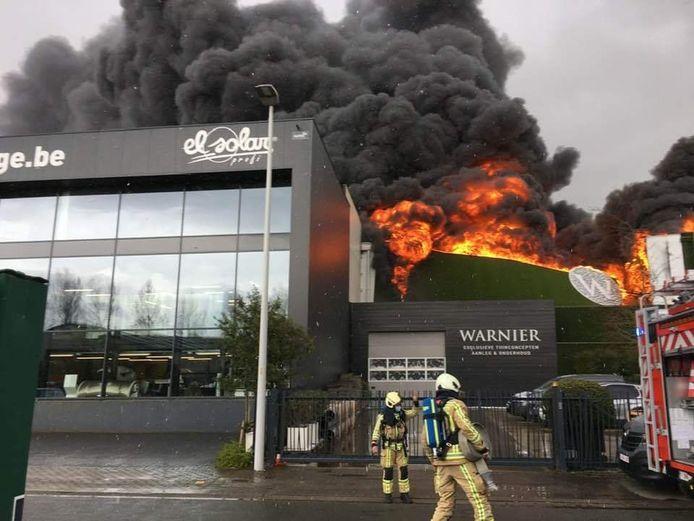 L'incendie d'une entreprise de jardinage a provoqué une épaisse fumée visible à des kilomètres de distance.