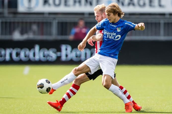 NEC'er Sam Lundholm in duel met Sparta-speler Mart Dijkstra.