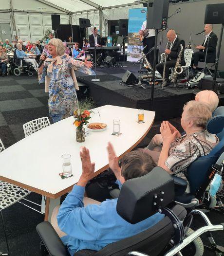 Willeke Alberti maakt feestje met bewoners Hengelo's verzorgingshuis