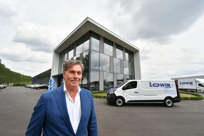 Directeur-eigenaar Jan Schuldink voor het nieuwe bedrijfspand van Lowik Bouw op Bedrijvenpark Twente.