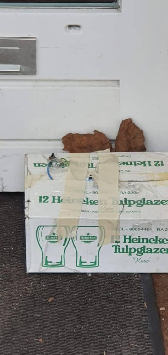 Het verdachte pakketje dat voor restaurant HaCarmel werd aangetroffen.
