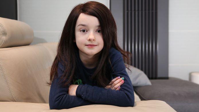 Toen Ella-Louise Gerinckx (7) geboren werd, stond haar hoofdje vól haar. Tot haar ouders merkten dat ze heel wat kale plekken kreeg, de structuur van haar haar veranderde, en ze op haar twee jaar zelfs helemaal kaal was.
