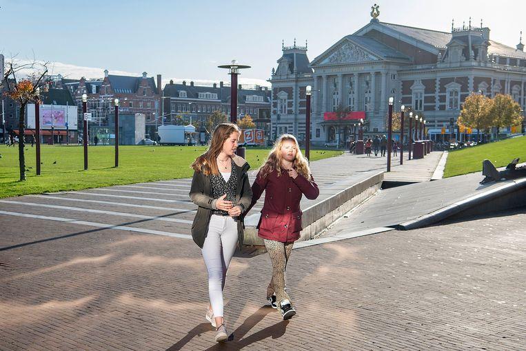 Amsterdammers genieten van de zon in oktober 2020. Beeld Guus Dubbelman / de Volkskrant