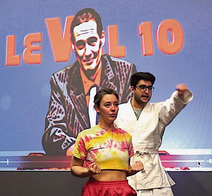 Influencers Charlotte De Groof en Amir Motaffaf in het toneelstuk Level 10.