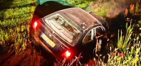 Vrouw rijdt lantaarnpaal uit de grond en belandt in sloot in Valkenswaard