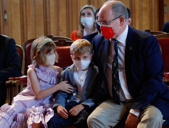 Albert van Monaco met zijn kinderen naar het museum.