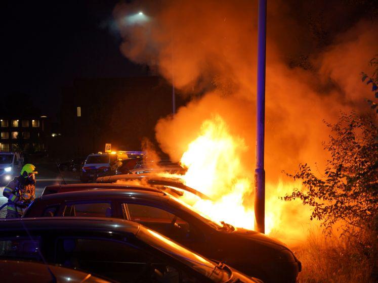 Auto's branden uit in Nijmeegse straat