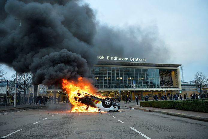 Relschoppers hebben een auto van ProRail bij het Centraal Station in brand gestoken