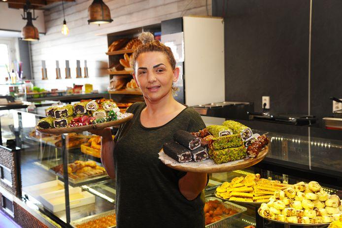 Yeter Türk maakt en verkoopt zoetigheden - zoals baklava en tulumba - in haar bakkerij/lunchroom Keyf I Alem in de Scheldestraat in Vlissingen.