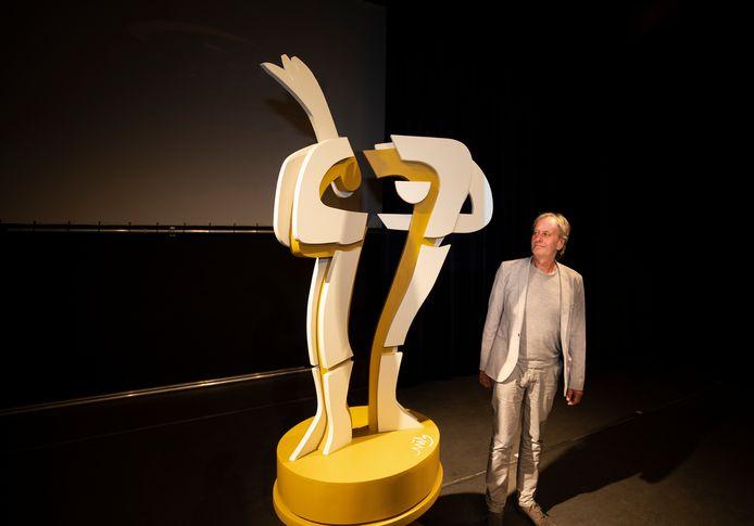 Jan Wils bij zijn kunstwerk dat donderdagavond in Geldrop werd onthuld.