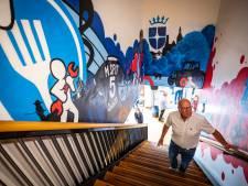 Martins voetbalshirt met rugnummer 5 opgenomen in graffiti-schildering op zijn 'oude' school in Oldenzaal