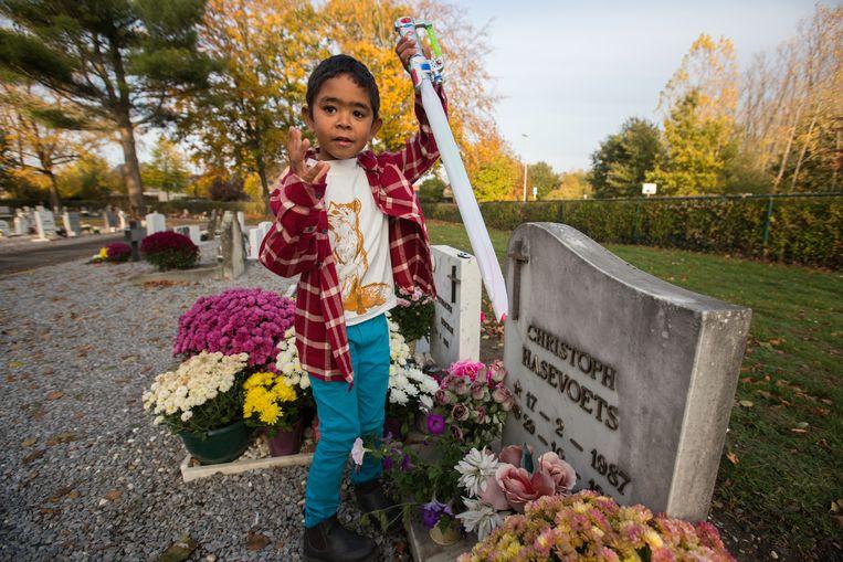 Ian heeft samen met zijn mama Shahilla speelgoed gelegd op de kindergraven.