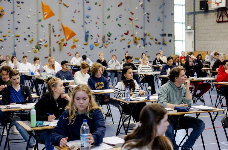 Vorige week begonnen de examens in het voortgezet onderwijs.  Leerlingen van Atheneum College Hageveld in Heemstede buigen zich over hun eindexamen wiskunde.  Beeld ANP