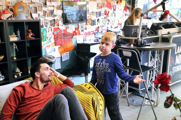 20161221 - Breda - Foto: Ramon Mangold/ Pix4Profs - 3FM, Serious Request 2016, Glazen Huis - De 6-jarige, ongeneeslijke zieke, Tijn uit Hapert lakt in het Glazen Huis met Domien Verschuuren (L) en Frank van der Lende (R).