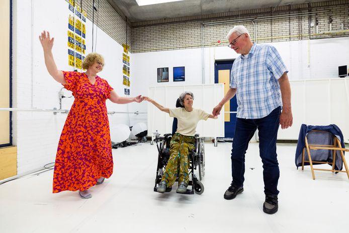 Op zaterdagmiddag kunnen mensen met chronische bewegingsbeperking dansles volgen. De lessen worden gegeven door DansPark. Tijdens de les wordt gewerkt aan conditie, souplesse, kracht, houding en balans. Tineke, Walter en Hilde luiden hun weekend in.