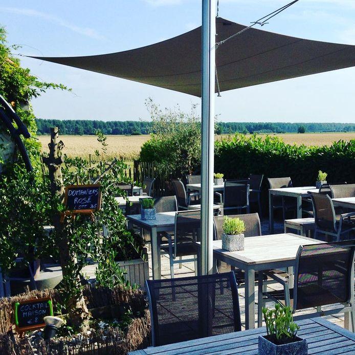 Het terras brasserie van Livingroom 102 in Knokke-Heist.