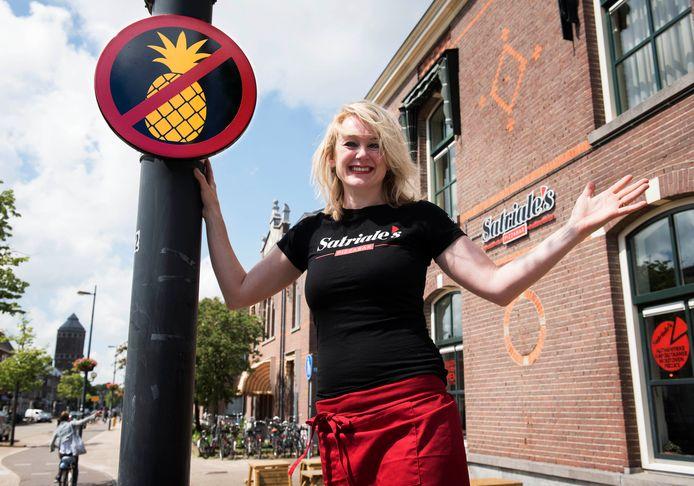 Nienke Kroneman van Pizzabar Satriale's bij het ananasbord op de Amsterdamsestraatweg dat weg moet van de gemeente.