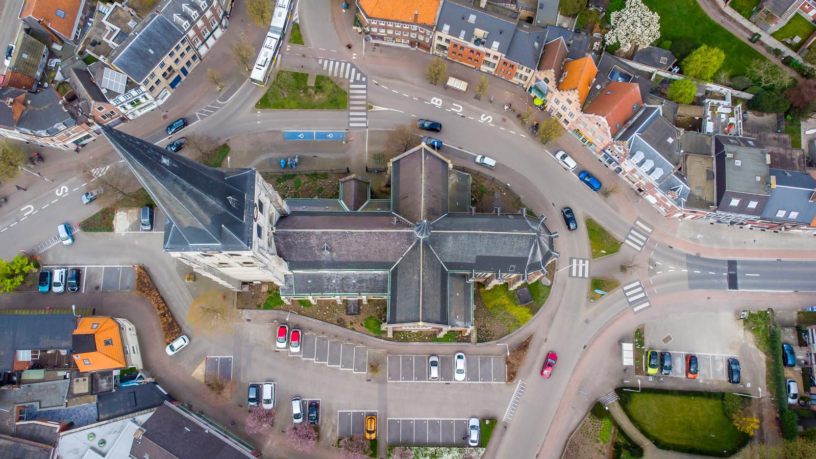 Een helder luchtbeeld van de omgeving rond de Sint-Lambertuskerk, het centrum van Ekeren.