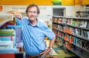 Directeur Gerard Smetsers van basisschool Het Palet in de schoolbibliotheek.