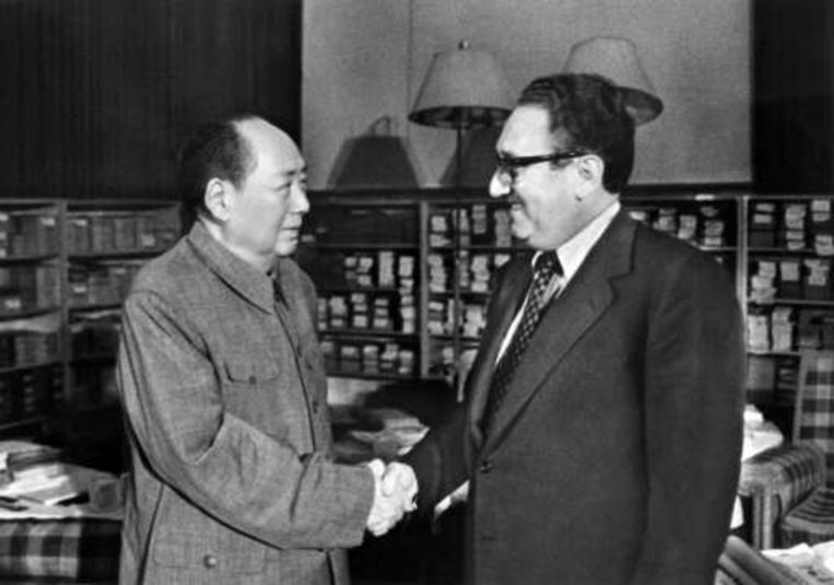 Een foto uit de oude doos: Mao Zedong met Henry Kissinger. Beeld