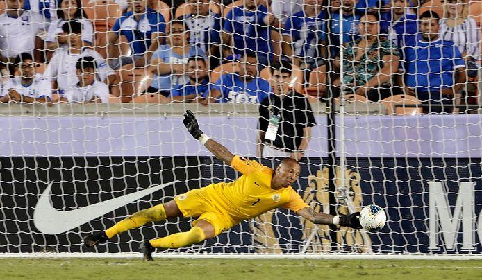 Eloy Room redt voor Curaçao tegen Honduras in de Gold Cup.