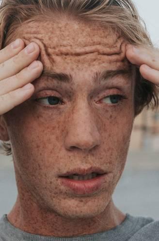 """""""Ja lap. Ik heb één dag vakantie en dan regent het!"""" Psycholoog Filip Raes legt uit waarom we graag klagen"""