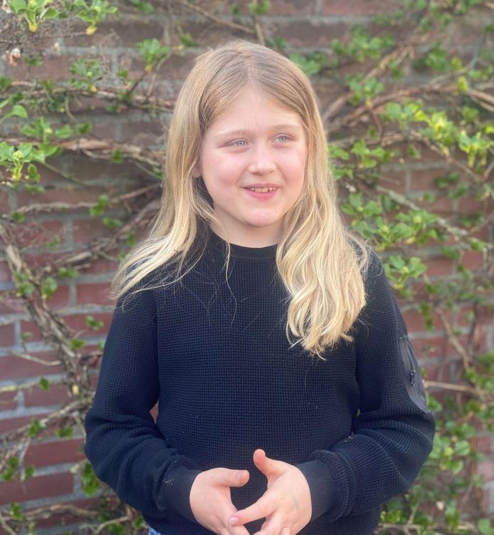 Jonas uit Nijverdal doneert zijn haar en haalt geld op voor de stichting Haarwensen die zieke kinderen van een haarstukje voorziet.