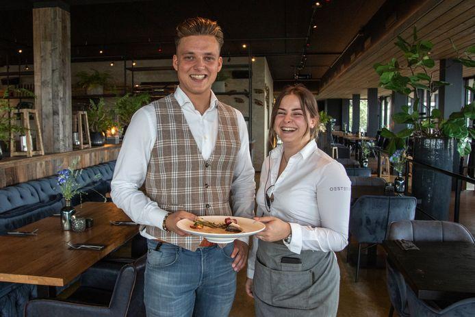 Javan Verweij en Fee Paassen met een bordje bouillabaisse.