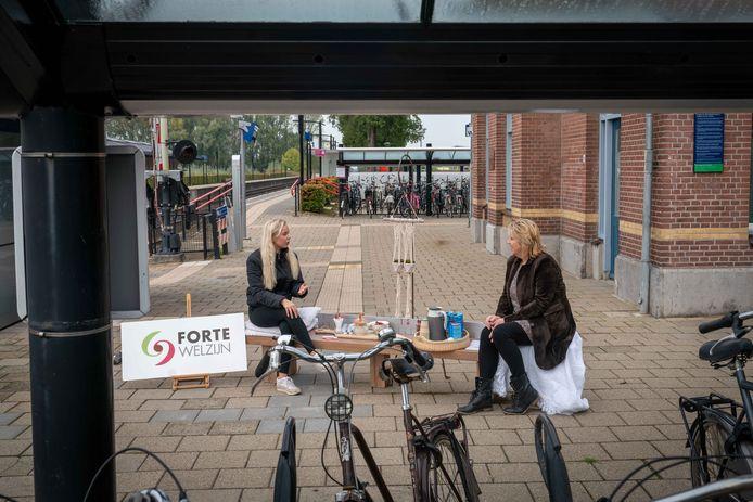 Jolanda Janssen bij station Zetten/Andelst in gesprek op het ontmoetingsbankje. Foto: Erik van 't Hullenaar.