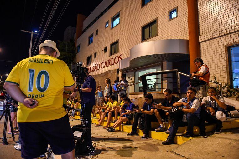 Fans van Neymar voor het ziekenhuis. Beeld GETTY
