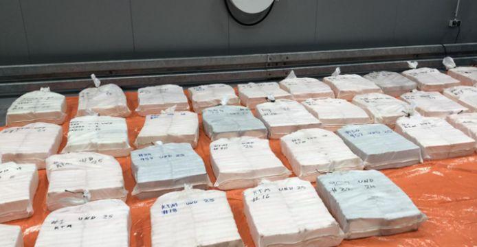 De bende werd opgepakt in een loods in Lot terwijl zij 650 kg cocaïne overlaadde in vier auto's.
