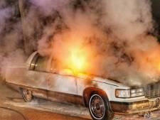Klassieke Cadillac vliegt in brand in Zeist, politie sluit brandstichting niet uit
