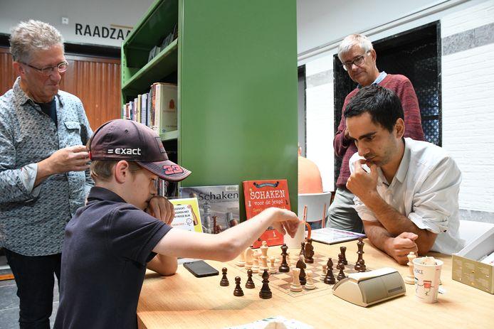 Boris Verboom versus Twan Burg. De clubschakers Joep Smetsers en Henk Burg kijken belangstellend toe