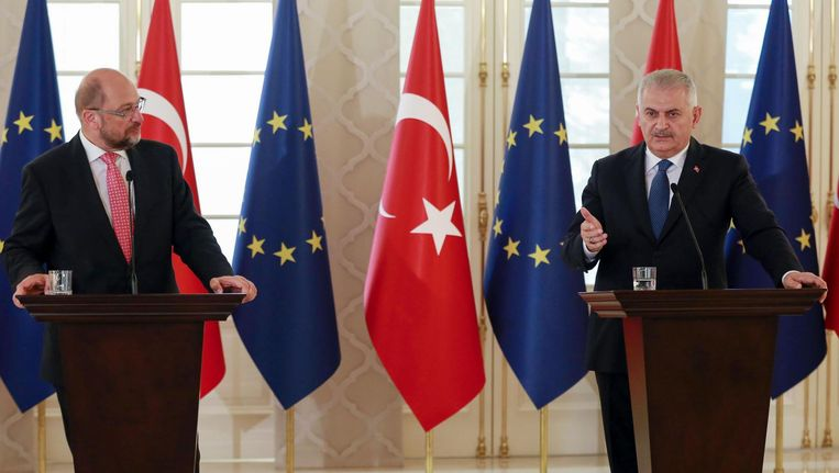 Voorzitter van het Europees Parlement Schultz (links), en rechts de Turkse premier Yildirim, hier in september. Beeld Afp