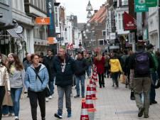 Tilburg probeert drukte te overzien met pylonen, linten én kunstzinnige verkeersregelaar