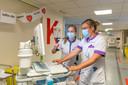 Verpleegkundige Joanne van de Merbel (links en Veronique Oele-Schroevers in ziekenhuis Adrz in Goes.