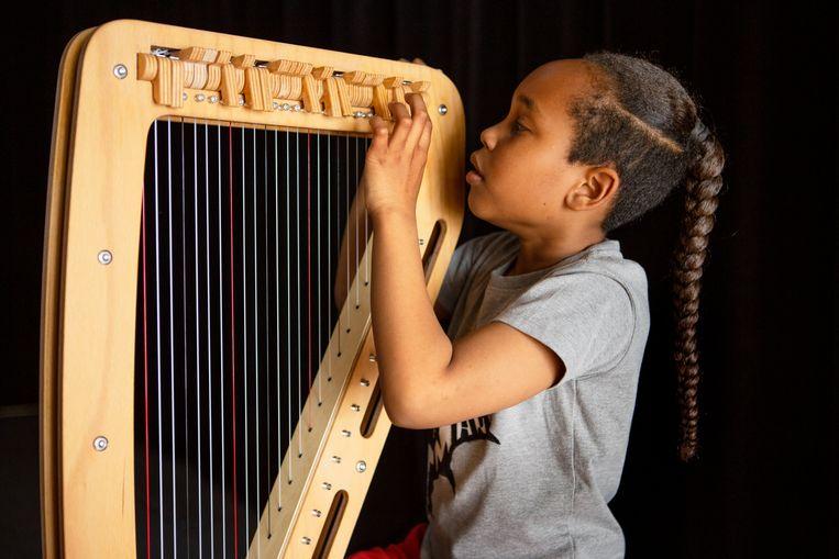 Kaya Politon met de nieuwe lichtgewicht elektronische harp.  Beeld Pauline Niks