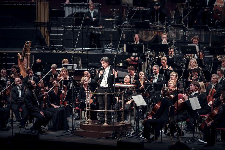 Dirk Brossé heeft de hele Royal Albert Hall op zijn hand, wanneer hij een geestige anekdote over