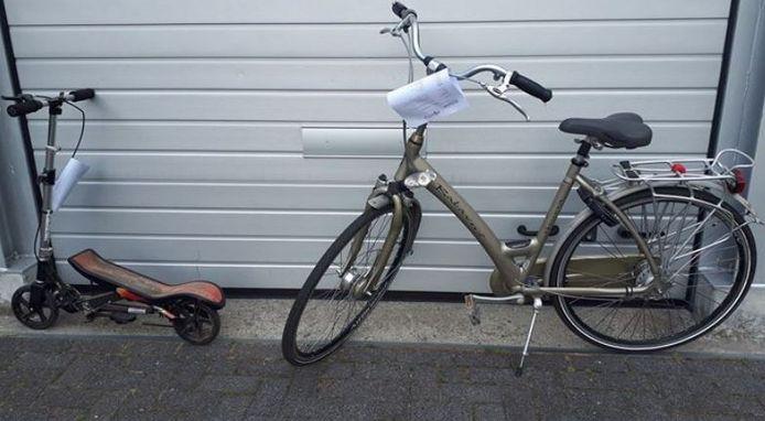 De fiets en step die vermoedelijk van diefstal afkomstig zijn.