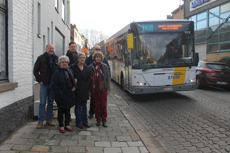 Het buurtcomité in de Spanjebergstraat, waar volgens de originele plannen een aparte busstrook zou komen.