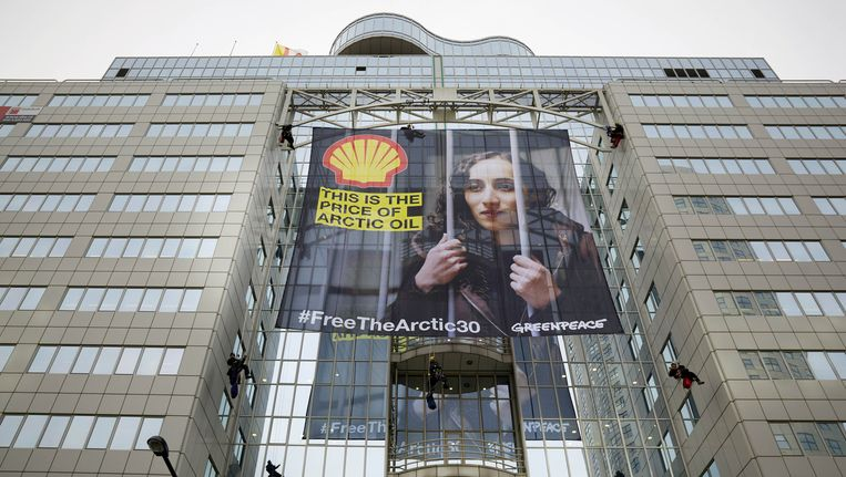 Actievoerders van Greenpeace hebben in 2013 op een kantoor van Shell een grote afbeelding van activiste Faiza Oulahsen opgehangen. De milieuorganisatie voert regelmatig actie tegen de oliemaatschappij. Beeld anp