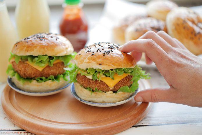 Kipburgers met pittige kaasvulling